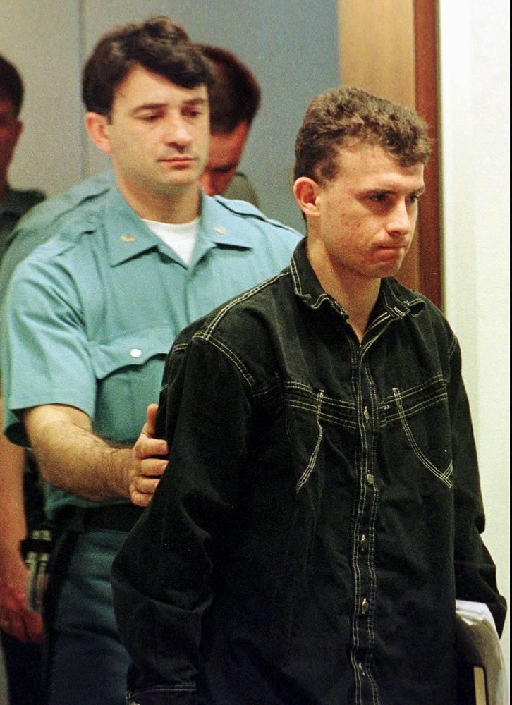Самым первым осужденным Международным трибуналом по бывшей Югославии по сребреницкому делу стал солдат Дражен Эрдемович, приговоренный в ноябре 1996 года к пяти годам лишения свободы.  Эрдемович после трёх с половиной лет заключения был освобождён. На фото:  Дражен Эрдемович, 31 мая 1996 года