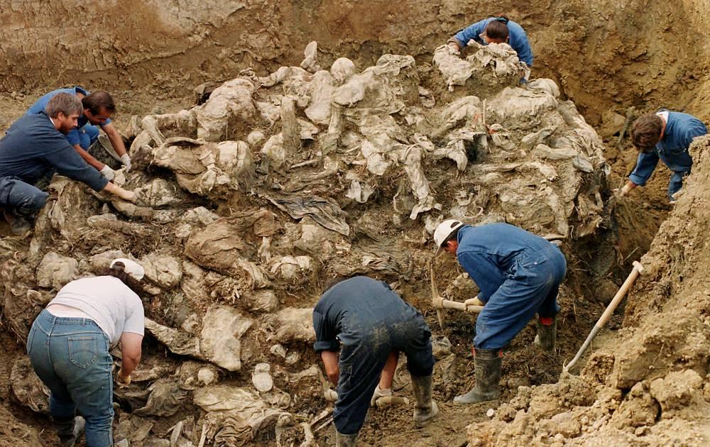 В июне 2013 года Европейский суд по правам человека постановил, что жалоба организации является необоснованной. В июле 2014 года по иску организации Верховный суд Нидерландов вынес вердикт об ответственности страны за гибель только 300 мусульман, которые пытались укрыться в лагере миротворцев, но были беспрепятственно выведены оттуда сербскими силами.   На фото: эксперты осматривают останки в братской могиле около деревни Пилицы, в которой похоронены десятки жертв резни в Сребренице. 18 сентября 1996 года