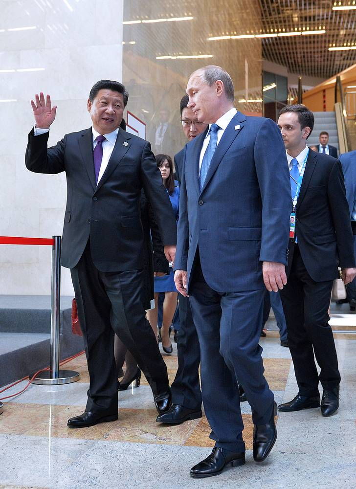 Председатель КНР Си Цзиньпин и президент России Владимир Путин перед началом встречи лидеров БРИКС в расширенном составе