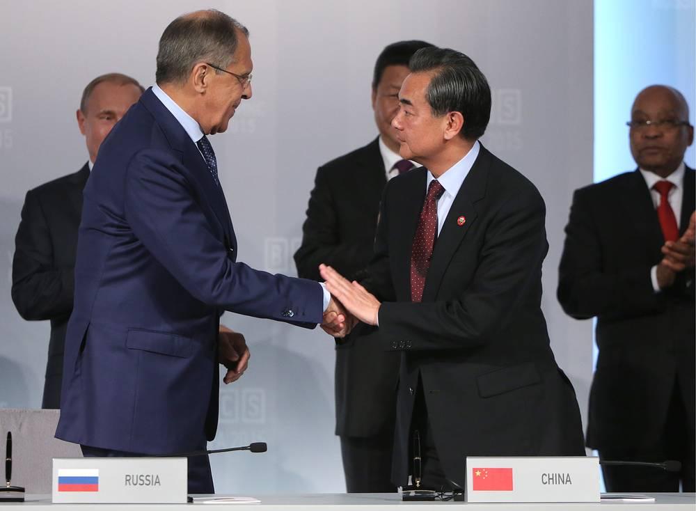 Министр иностранных дел РФ Сергей Лавров и министр иностранных дел Китая Ван И (слева направо на первом плане) на церемонии подписания совместных документов в рамках саммита БРИКС