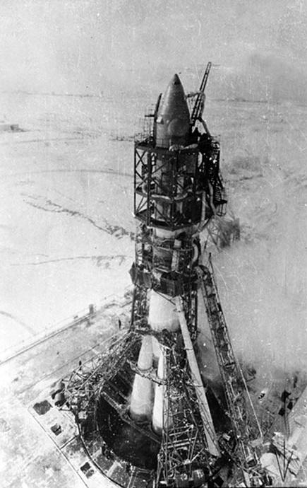 В октябре 1957 года был запущен первый искусственный спутник Земли ПС-1 (Простейший Спутник-1) с космодрома Байконур, который был выведен на орбиту Земли ракетоносителем Р-7. На фото: ракета-носитель Р-7 на стартовой стопе