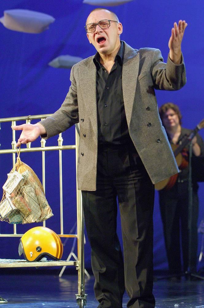 """Сергей Арцибашев в спектакле """"Надежды маленький оркестрик"""", 2006 год"""
