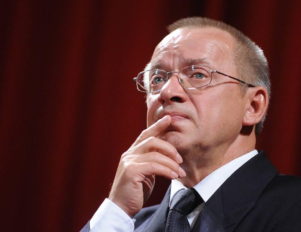 Художественный руководитель театра имени Вл. Маяковского Сергей Арцибашев во время сбора труппы театра, 2009 год