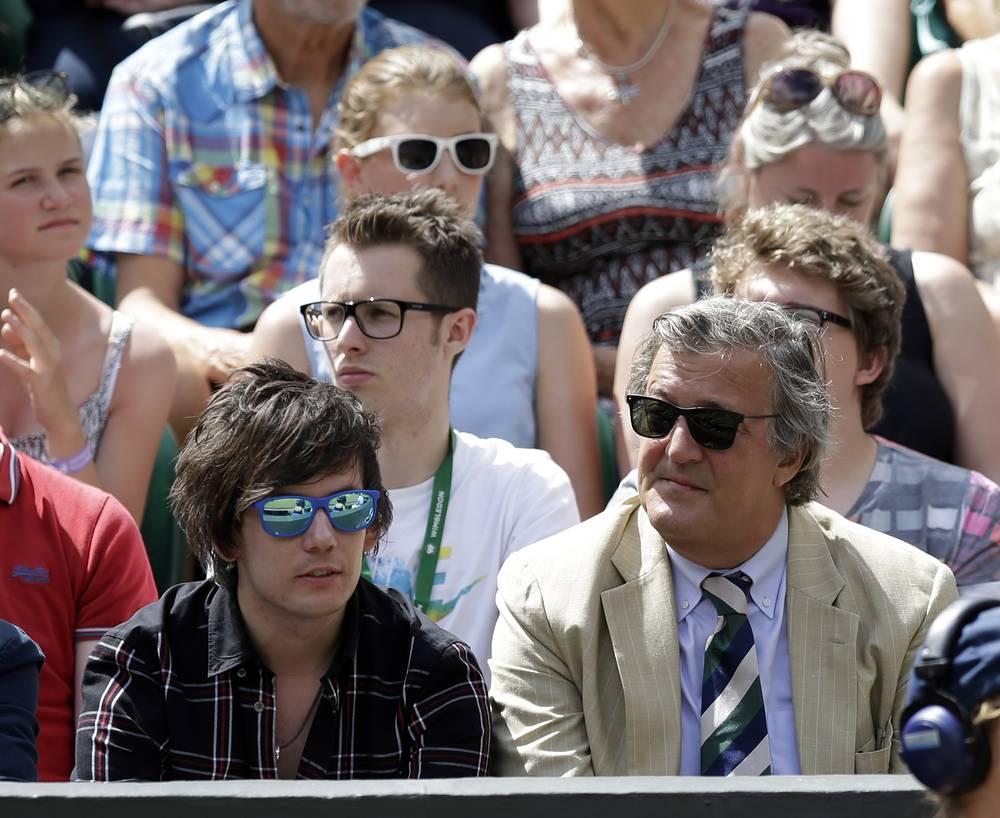Британский актер Стивен Фрай (справа)