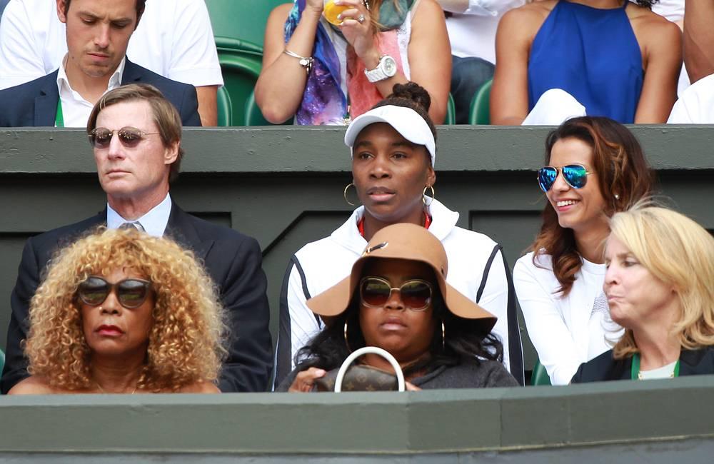 Американская теннисистка Винус Уильямс наблюдает за финальным матчем женской одиночной сетки турнира