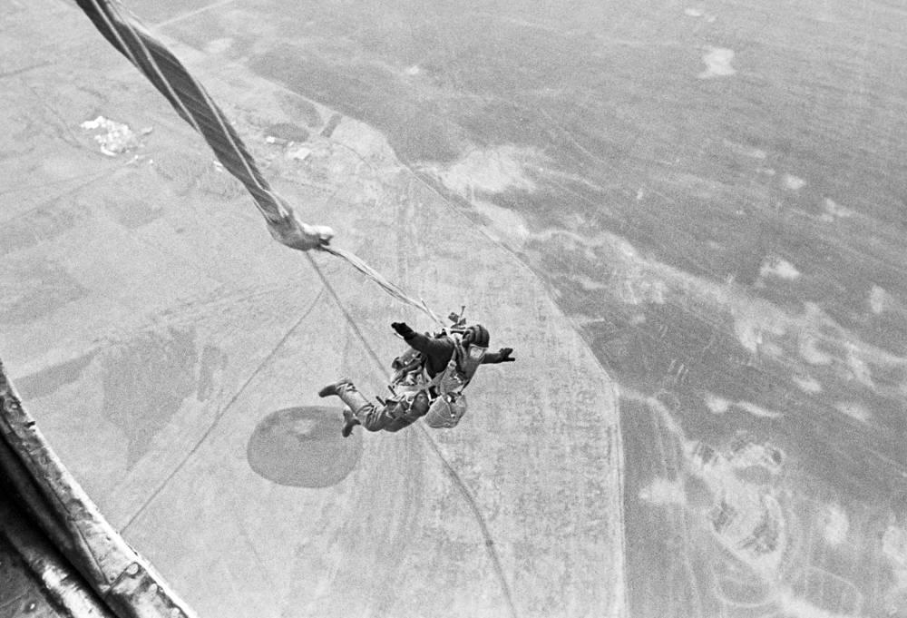 Парашютист-пожарный Уральской базы авиационной охраны лесов, Тюменская область, 1971 год