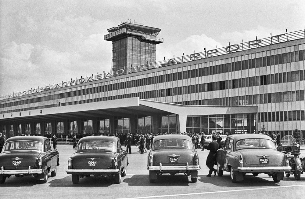 У здания аэропорта Домодедово в Москве, 1965 год