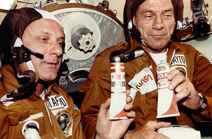 """Стаффорд и Слейтон в космическом модуле """"Союз"""", 17-18 июля 1975 года"""