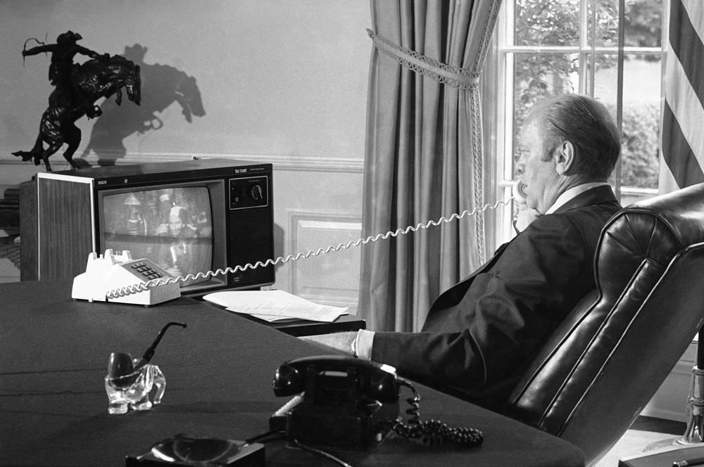 """Президент США Джеральд Форд поздравляет экипажи """"Аполлона"""" и """"Союза"""" после стыковки, 17 июля 1975 года"""