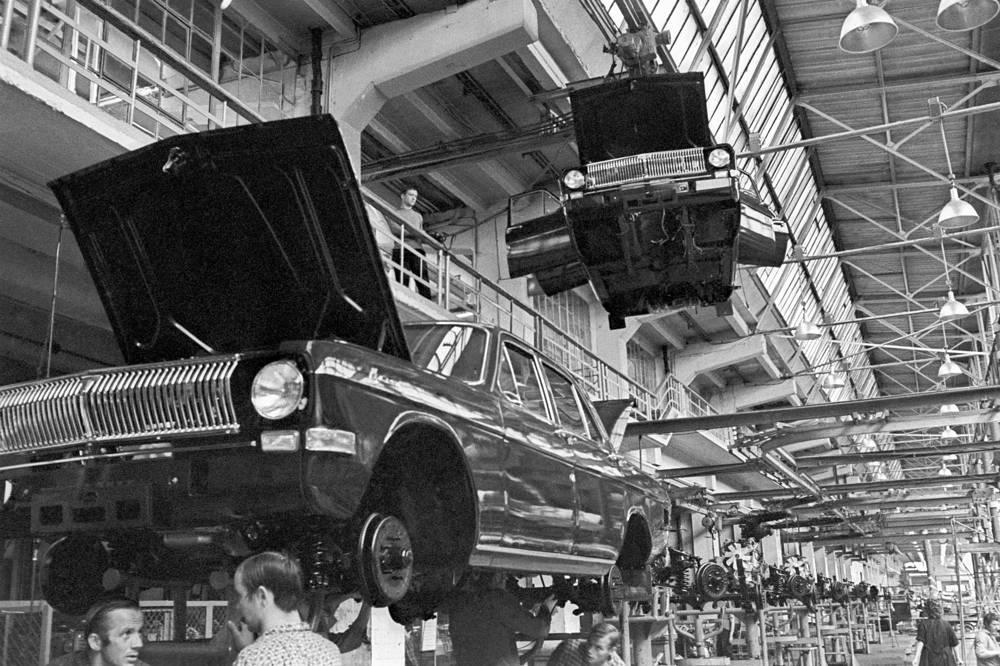 """На конвейере ГАЗ-24 """"Волга"""" Горьковского автозавода, 1972 год"""