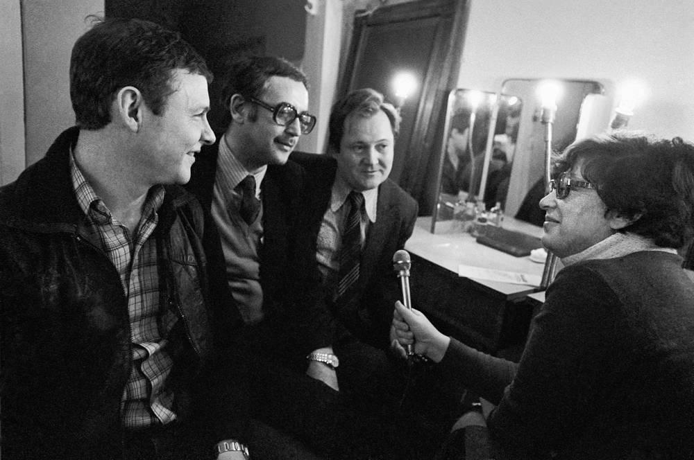 Актеры Виталий Соломин, Василий Ливанов и Виктор Павлов перед началом спектакля дают интервью, 1983 год