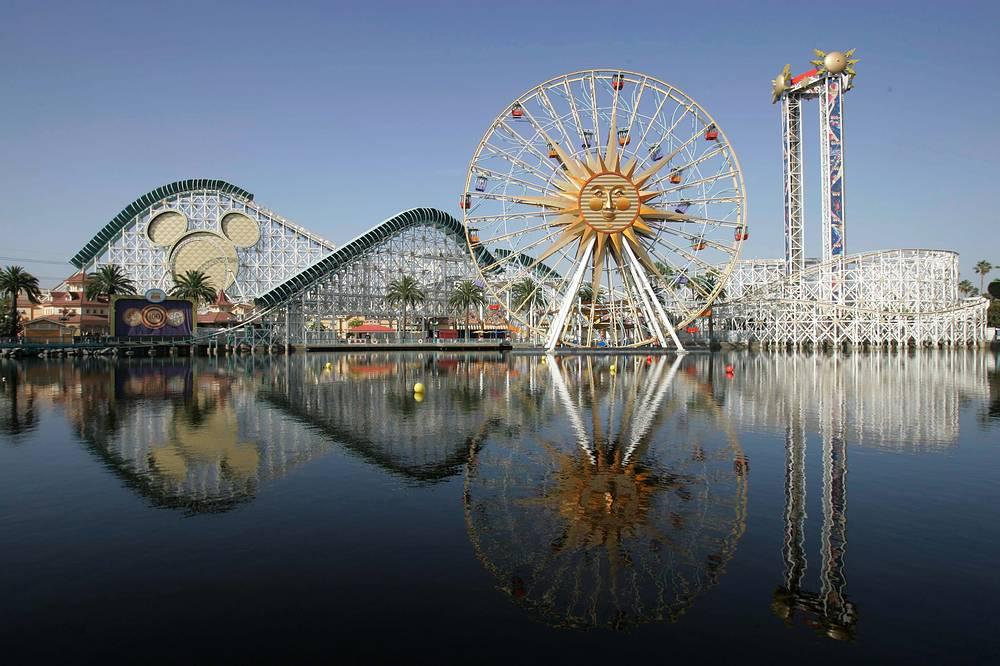 """В 1998 году """"Диснейленд"""" переименовали в """"Парк Диснейленд"""" (Disneyland Park), чтобы отличать от одноименного курортного комплекса, в состав которого также входят парк """"Калифорнийские приключения Диснея"""" (Disney's California Adventure Park) (на фото) и """"Городок Диснея"""" (Downtown Disney)"""