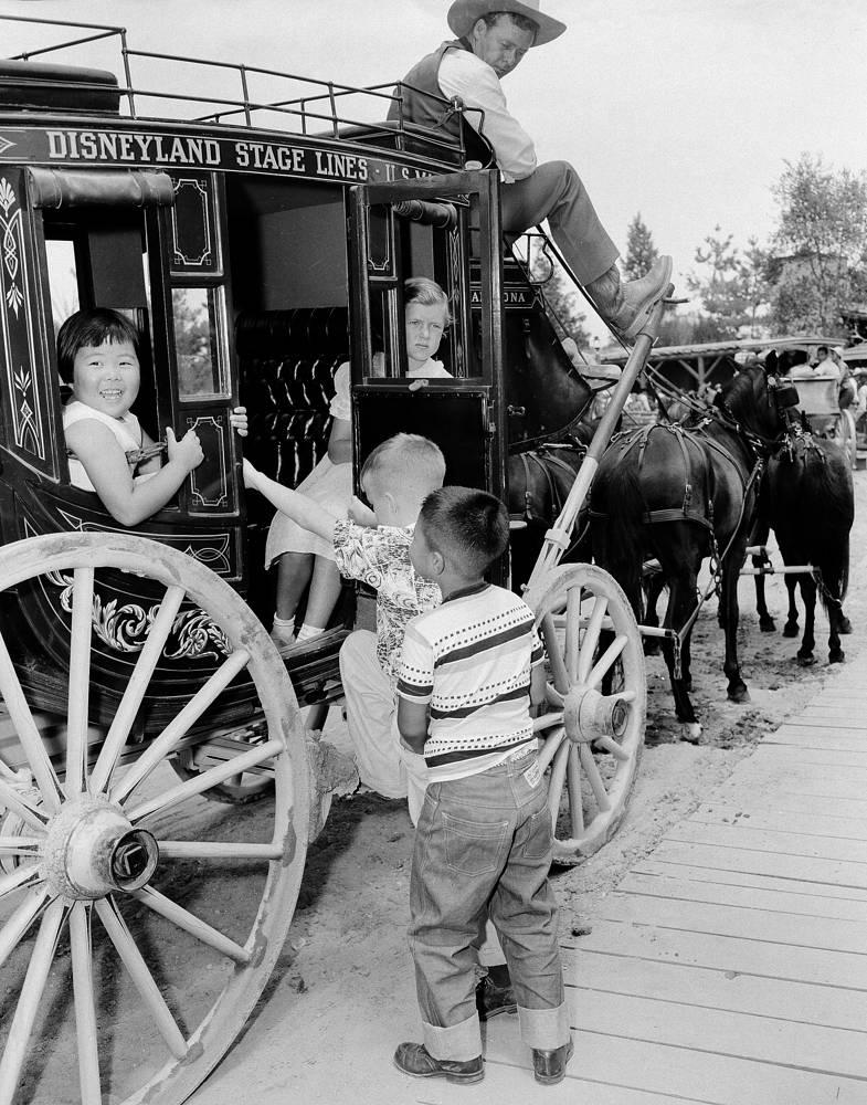 Дети катаются в старинном дилижансе, 22 июля 1955 года