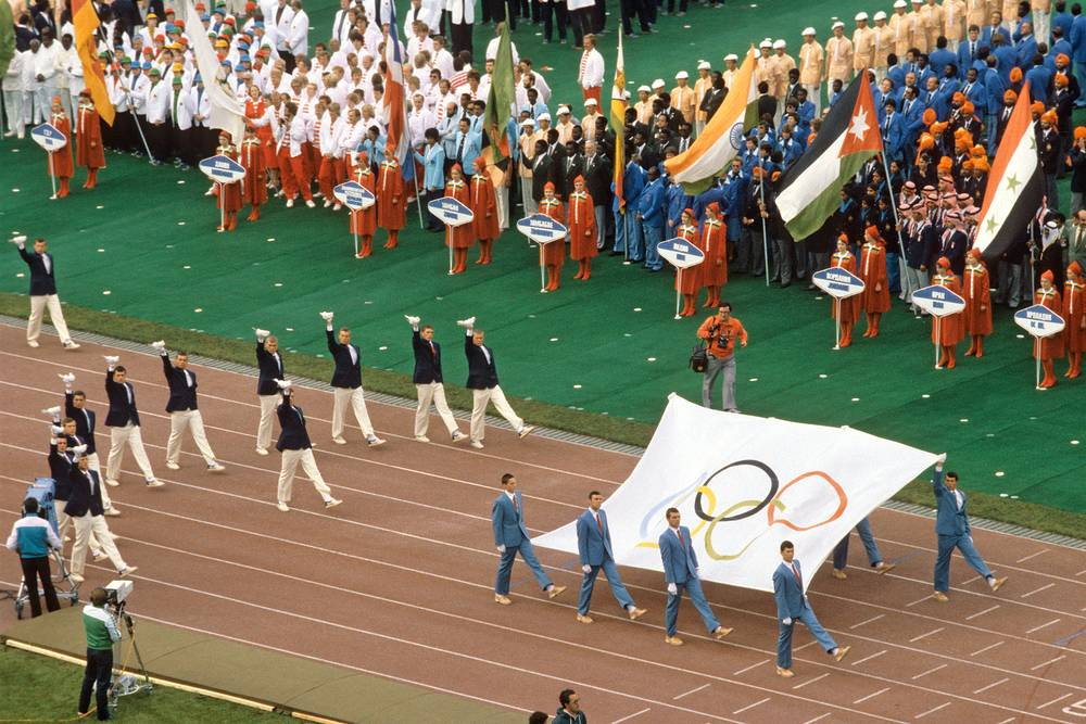 Около 60 стран, приглашенных на Олимпиаду, не приняли участия в соревнованиях. Большинство из них присоединилось к американскому бойкоту. В итоге некоторые спортсмены приняли решение выступать под олимпийским флагом
