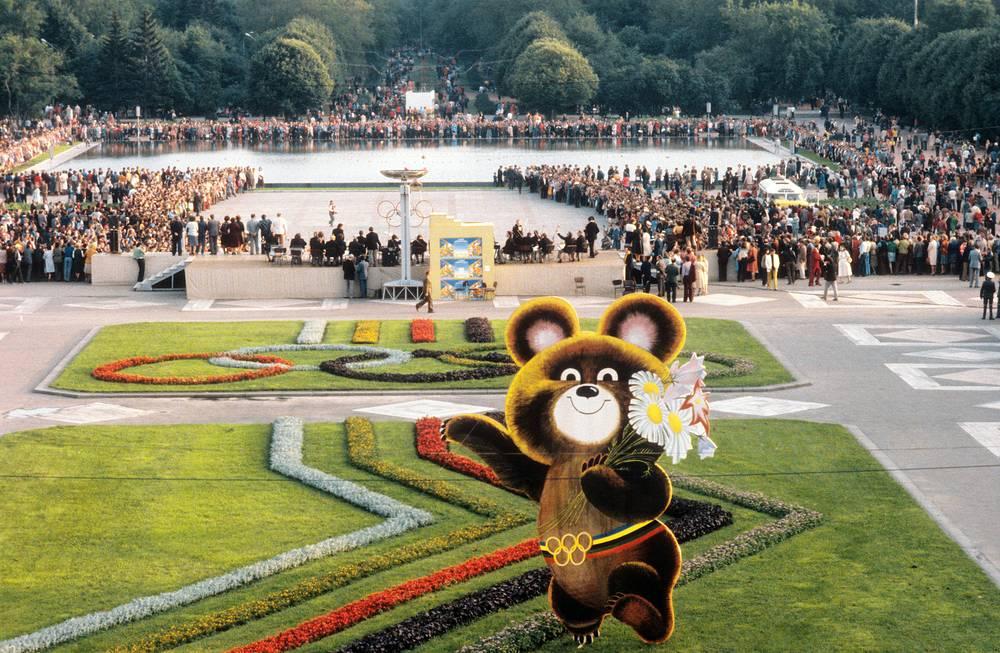 Столица СССР была выбрана местом проведения Игр на 75-й сессии Международного олимпийского комитета в 1974 г. в Вене (Австрия). Также на право принять соревнования претендовал Лос-Анджелес (США). На фото: Олимпийский Мишка в ЦПКиО имени А.М.Горького, 1980 год