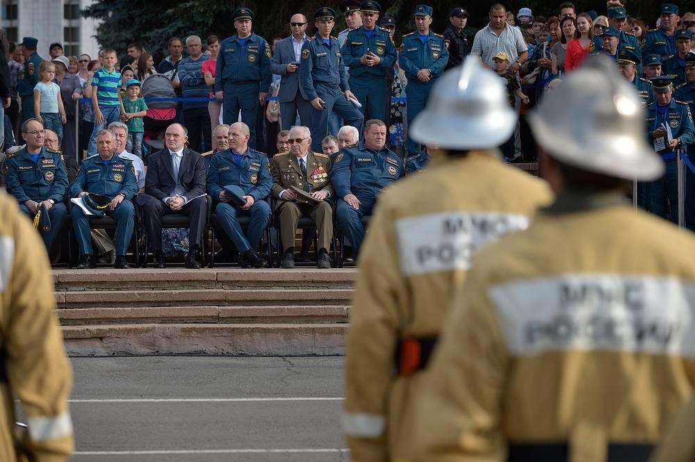 Губернатор Челябинской области Борис Дубровский (третий слева на втором плане)