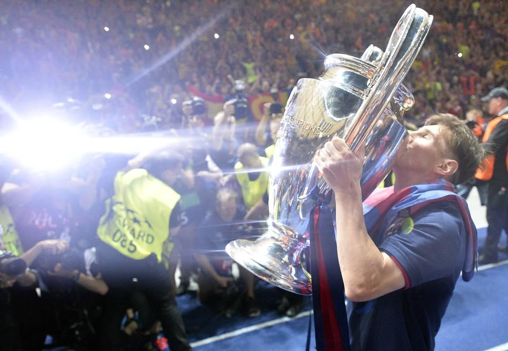 Лионель Месси с кубком Лиги Чемпионов