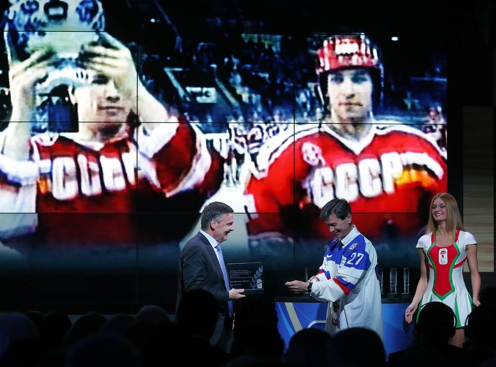 В мае 2014 года Вячеслав Быков был включен в Зал славы Международной федерации хоккея. На фото: с президентом IIHF Рене Фазелем во время церемонии, которая проходила во время чемпионата мира в Белоруссии