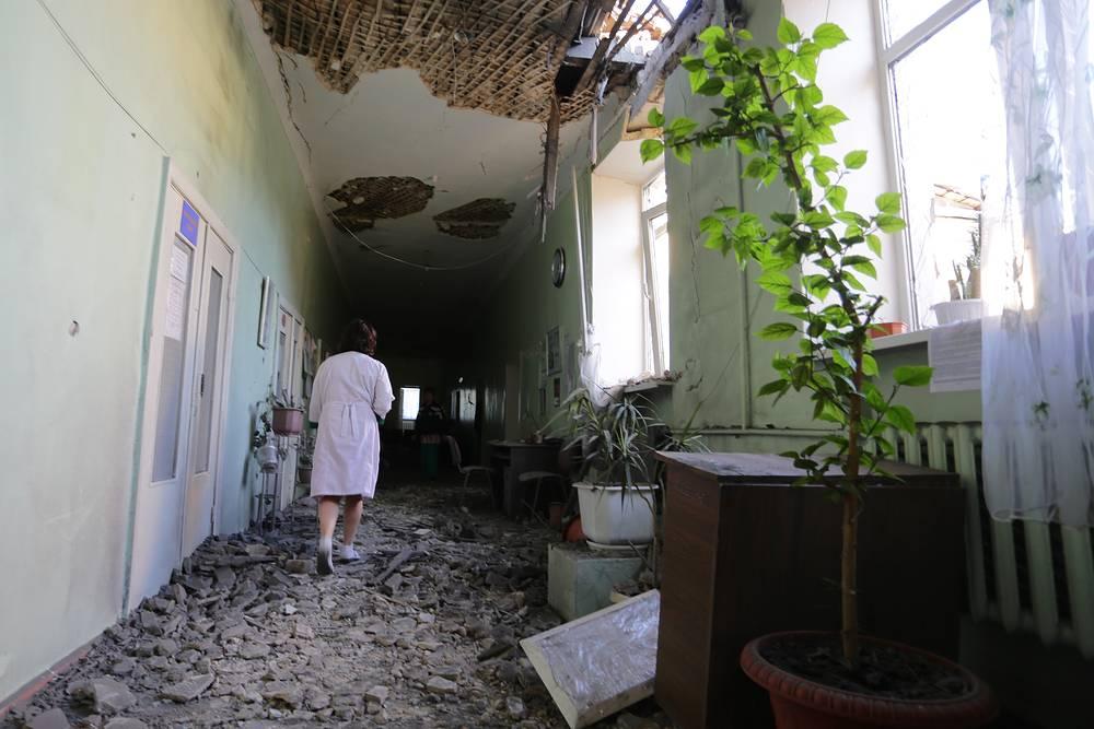 По данным наблюдателей, 18 июля они насчитали более 100 залпов и разрывов снарядов, а в ночь на 19 июля - еще 50. На фото: городская больница №23 после обстрела