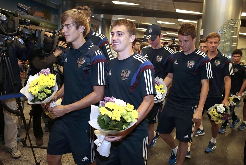 Игроки юношеской сборной России по футболу Александр Зуев и Денис Якуба