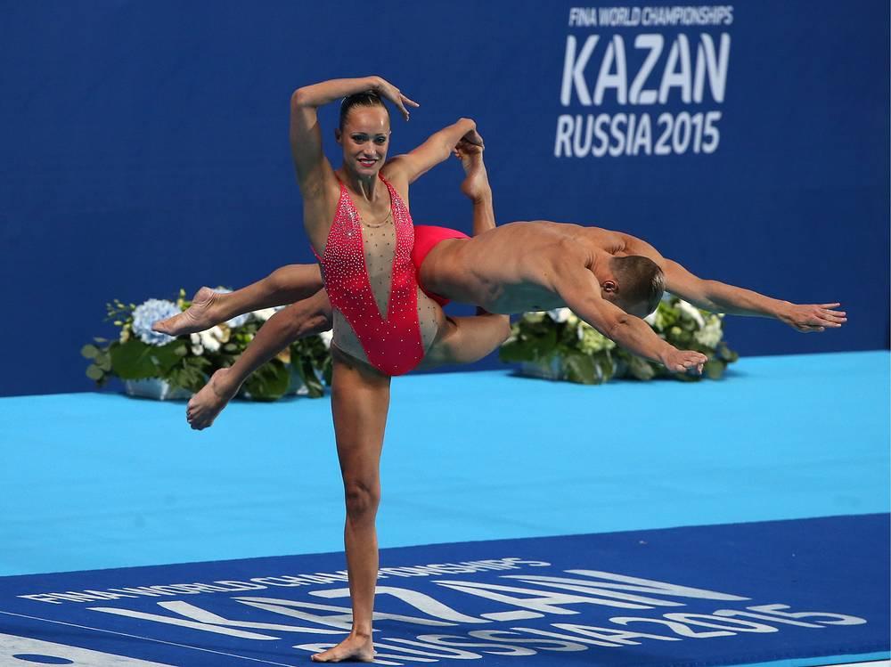 Спортсмены из США Кристина Джонс и Билл Мэй во время выступления с технической программой в финале соревнований по синхронному плаванию среди смешанных дуэтов
