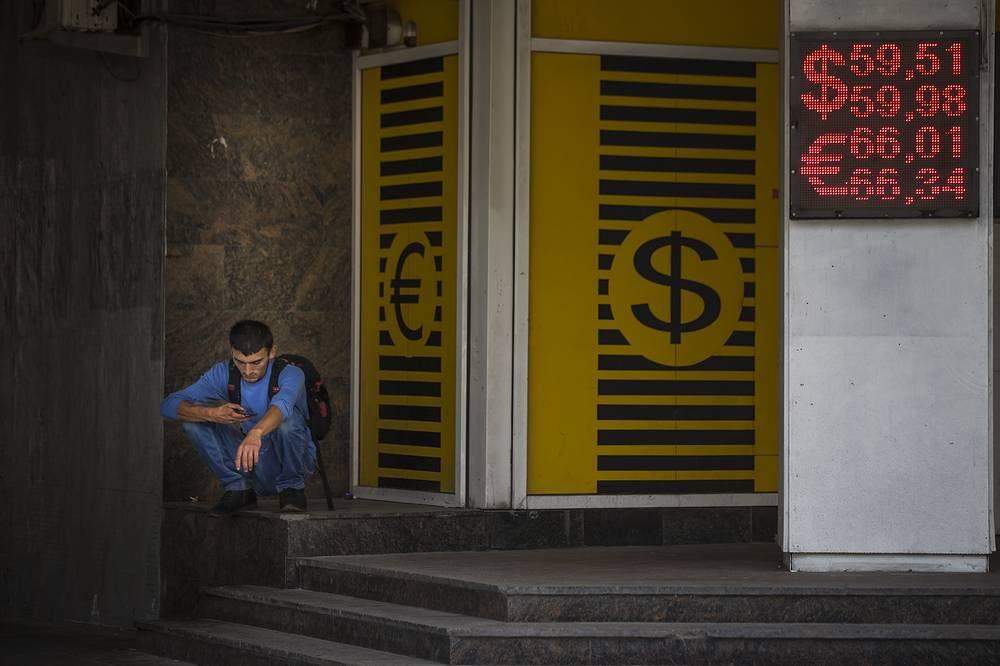 В конце мая - начале июня из-за нестабильности ситуации на Украине иностранные валюты прибавили в цене. В середине июля падение цен на нефть, вызванное опасениями инвесторов переизбытком ее предложения на рынке, привело к ослаблению и российской валюты. Утром 28 июля биржевой курс доллара превысил 60 рублей, а евро - 67 рублей.