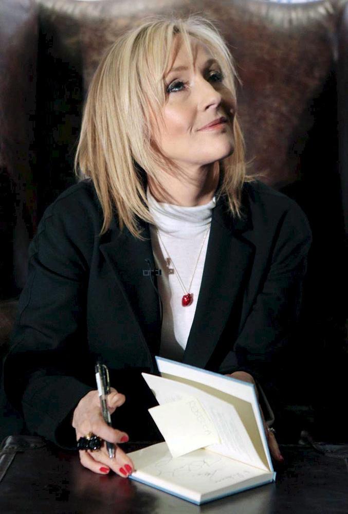 """Джоан Роулинг во время презентации своей книги """"Сказки барда Бидля"""", Эдинбург, 2008 год"""