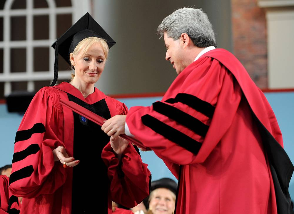 Джоан Роулинг во время вручения ей почетной степени доктора словесности в Гарварде, 2008 год