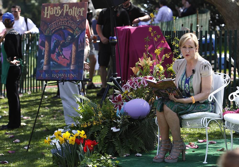 """Джоан Роулинг читает """"Гарри Поттер и философский камень"""" на ежегодном праздновании Пасхи в Белом доме, Вашингтон, 2010 год"""