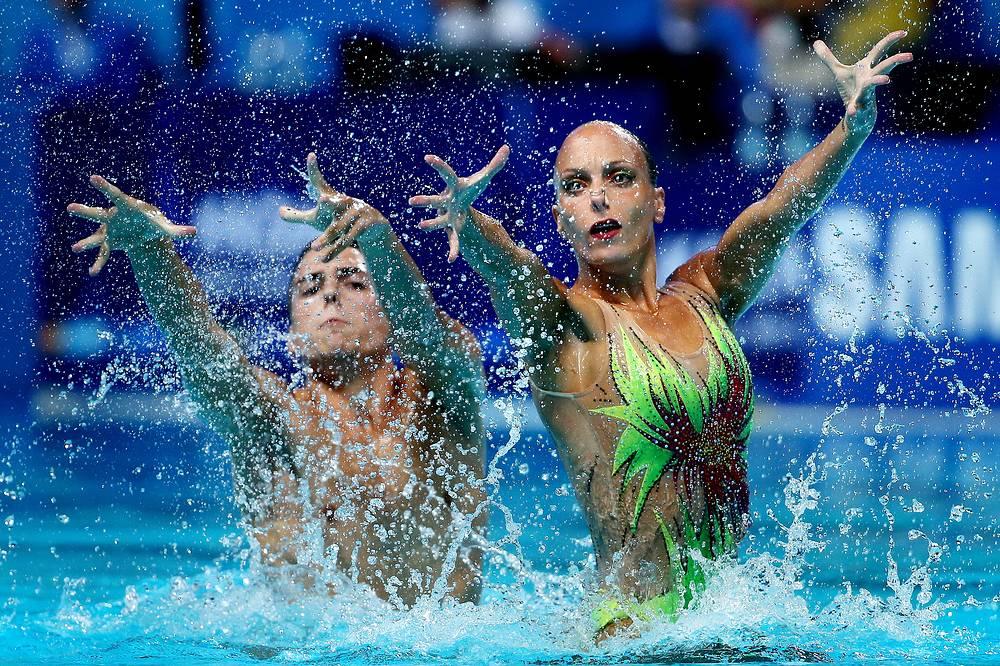 Итальянские спортсмены Джорджо Минизини и Марианджела Перрупато во время выступления с произвольной программой в финале соревнований по синхронному плаванию среди смешанных дуэтов, 30 июля