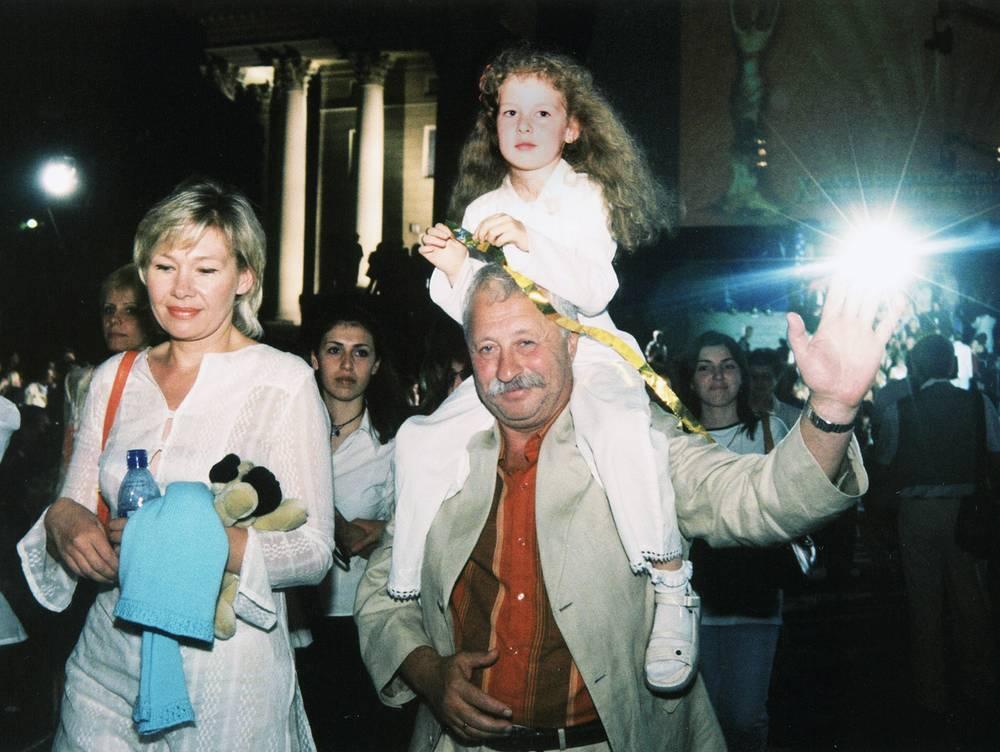 """Леонид Якубович на """"Кинотавре"""" с женой и дочкой, 2003 год"""