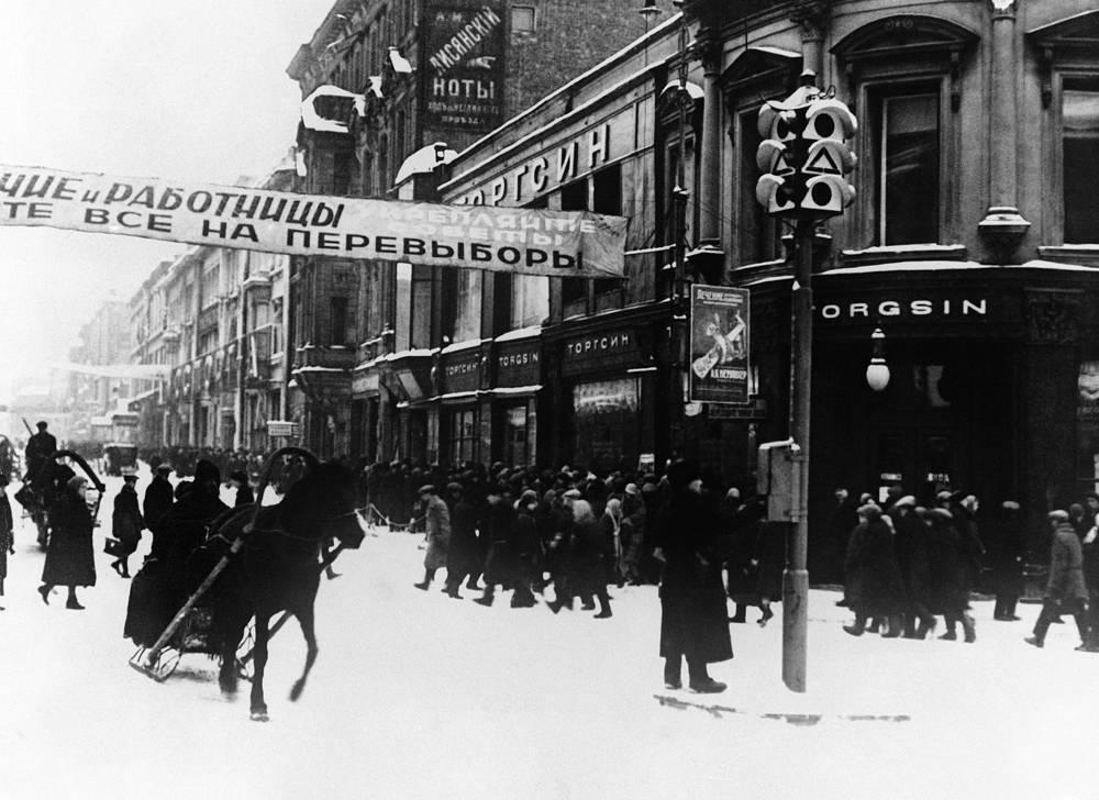 Один из первых светофоров, установленных в Москве, Россия, 1931 год
