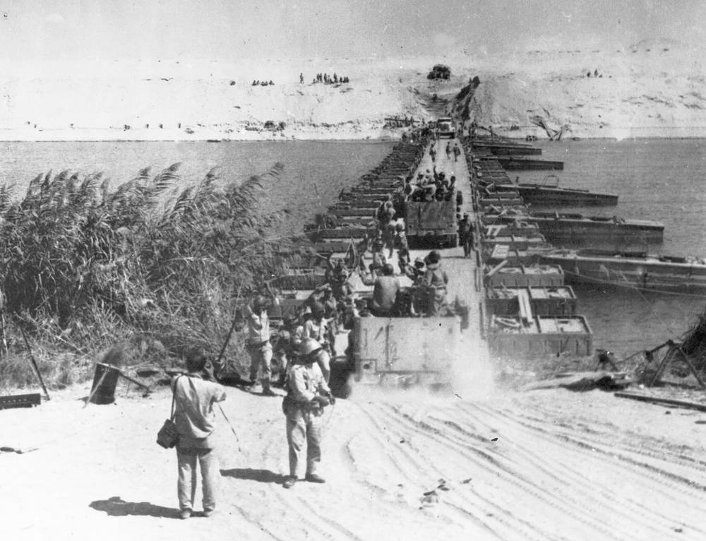 """Во время октябрьской арабо-израильской войны 1973 г. египетская армия успешно форсировала канал; израильская армия совершила """"ответное форсирование"""". На фото: египетские войска по понтонному мосту пересекают Суэцкий канал, 8 октября 1973 года"""