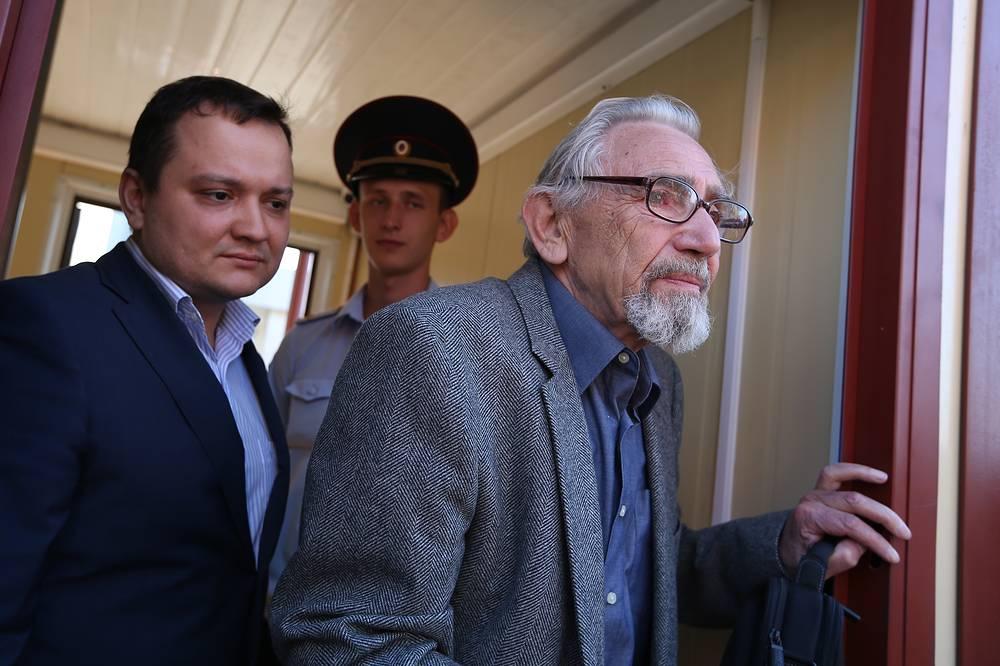 6 августа в следователи допросили отца Михаила Ходорковского. По словам адвоката, допрос Бориса Ходорковского касался возобновленного расследования убийства в 1998 году мэра Нефтеюганска Владимира Петухова