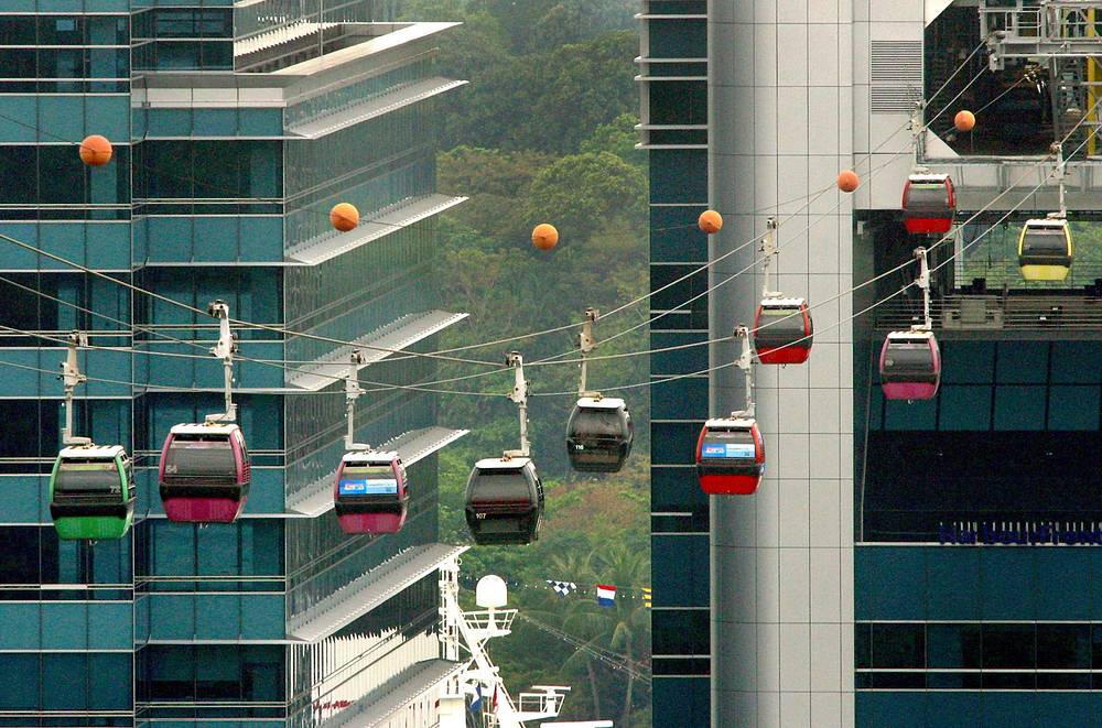 """Несмотря на то, что Сингапур называют """"каменными джунглями"""", почти в каждом районе есть парки с обилием зелени. Почти половину территории страны занимают сады и национальные парки, На фото: канатная дорога Сингапура"""