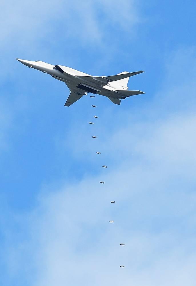 Ту-22М3 (по классификации NATO: Backfire) - дальний сверхзвуковой ракетоносец-бомбардировщик с изменяемой геометрией крыла. Данная модель предназначена для поражения сверхзвуковыми управляемыми ракетами наземных и морских целей днем и ночью в любых метеоусловиях. Всего было построено около пятисот Ту-22М разных модификаций. Максимальная скорость самолета - 2 тысячи км/ч, практическая дальность - 7 тысяч км, практический потолок - 14 тысяч м. Экипаж - 4 человека. Может нести крылатые ракеты с обычным или ядерным зарядом. В настоящее время ведется ремонт и модернизация самолетов этой модели