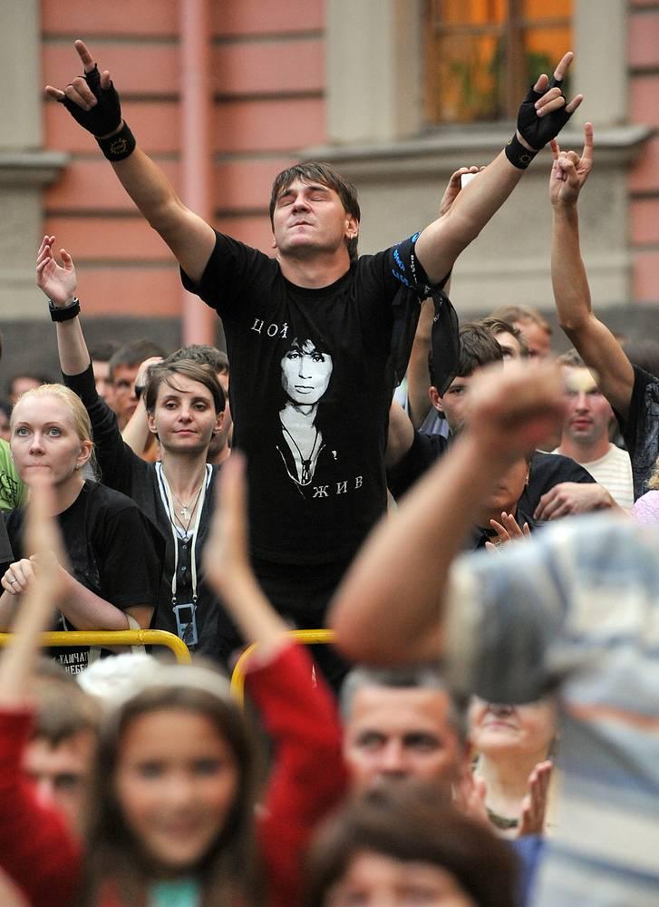 Зрители на концерте памяти Виктора Цоя в Михайловском замке, Санкт-Петербург,  2010 год