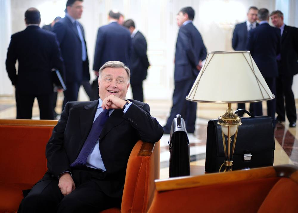 Владимир Якунин перед началом заседания правительства РФ, 2008 год