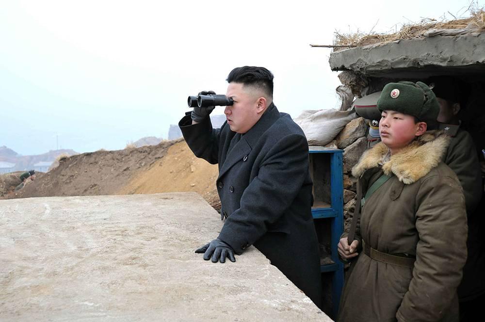Граница проходит по Северной разграничительной линии (СРЛ) в Желтом море (в КНДР его называют Западно-Корейским, или Западным морем). На фото: лидер Северной Кореи Ким Чен Ын смотрит в сторону Республики Корея с наблюдательного пункта, 2013 год