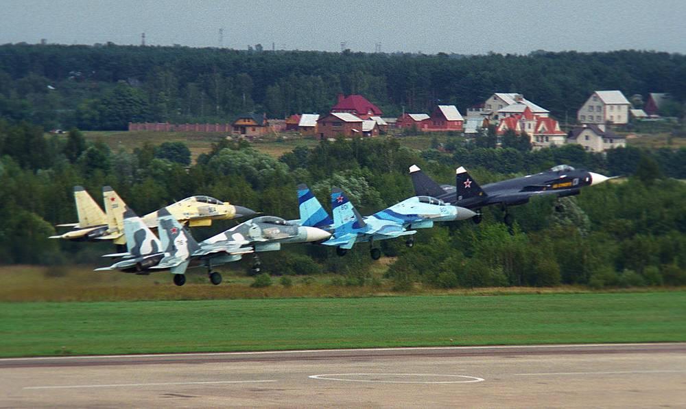 МАКС-2003: групповой пилотаж различных типов истребителей ОКБ имени Сухого