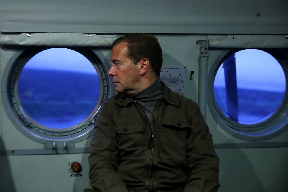 Премьер-министр РФ Дмитрий Медведев во время посещения острова Итуруп на Курилах, 22 августа