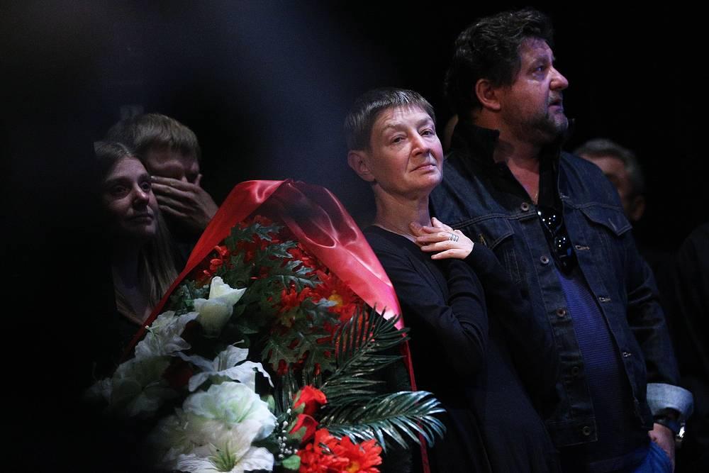 Екатерина Дурова (в центре) и актер Александр Самойленко (справа) на церемонии прощания с Львом Дуровым