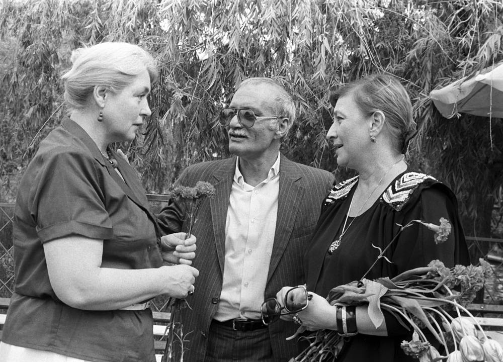 Актриса Лидия Федосеева-Шукшина, Георгий Данелия и актриса Софико Чиаурели на XX Всесоюзном кинофестивале в Тбилиси, 1987 год