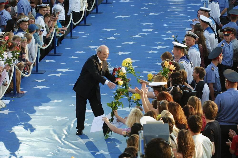 """Данелия приветствует зрителей на торжественной церемонии открытия XIV Открытого Российского и X Международного кинофестивалей """"Кинотавр"""" в Сочи, 2003 год"""