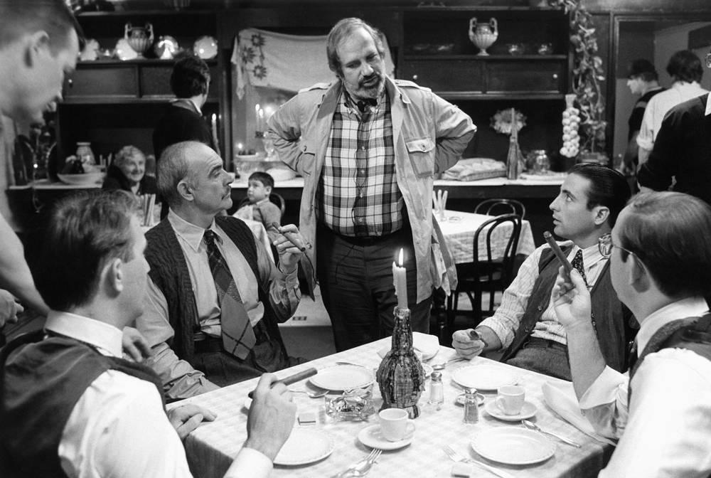 """Режиссер Брайан де Пальма (в центре), актеры Коннери (слева) и Энди Гарсия (справа) во время съемок фильма """"Неприкасаемые"""", 1987 год"""