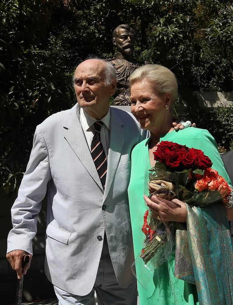 Князь Дмитрий Романов с супругой Доррит во время возложения цветов к памятнику Николаю II