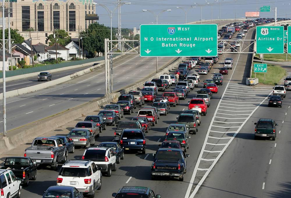 Жители Нового Орлеана эвакуируются из города 27 августа. 29 августа ожидается новая волна урагана