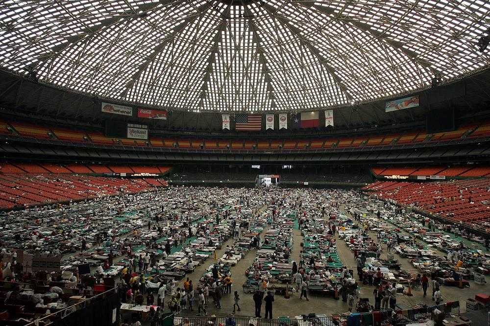 Жители, эвакуированные из Нового Орлеана, на Хьюстонском стадионе, 3 сентября