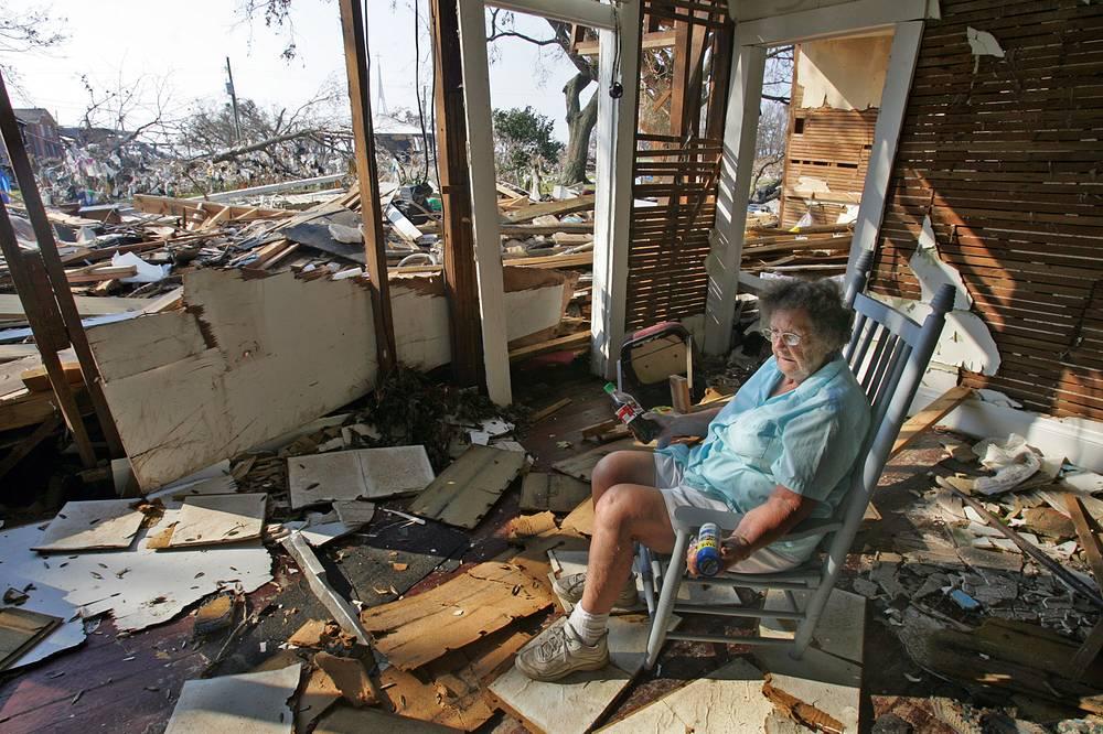 60-летняя Леона Уоттс вернулась в свой дом после урагана, чтобы отыскать сохранившиеся вещи, Лонг-Бич, штат Миссисипи, 4 сентября