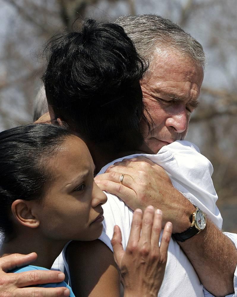 """Президент Буш-младший встретился с пострадавшими от урагана """"Катрина"""", 2 сентября"""